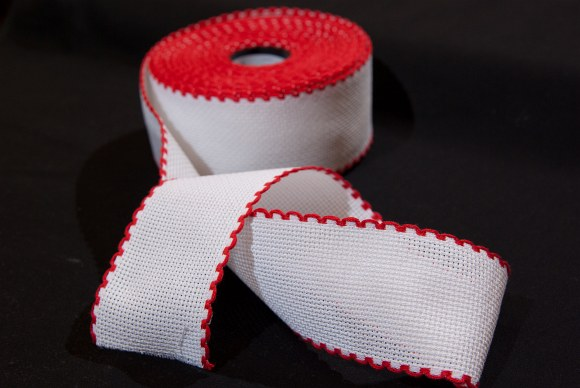 Aida drape, white with red edge, for embroidery 6 threads pr. cm, 5 cm wide