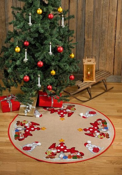 Round Christmas tree skirt with mushrooms and elfs