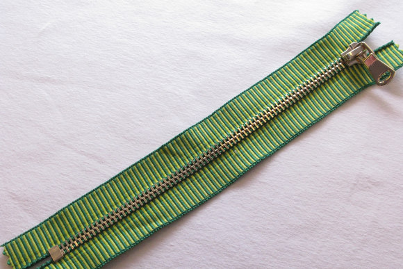 Green striped gold zipper 18cm length, not divisible