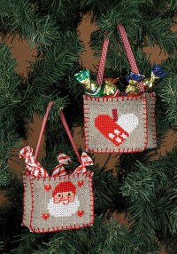 Broderede christmas bags as ornaments. Permin 3247-21.