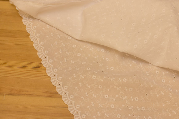 White broderie anglaise with embroidery and 3 cm curvy edge