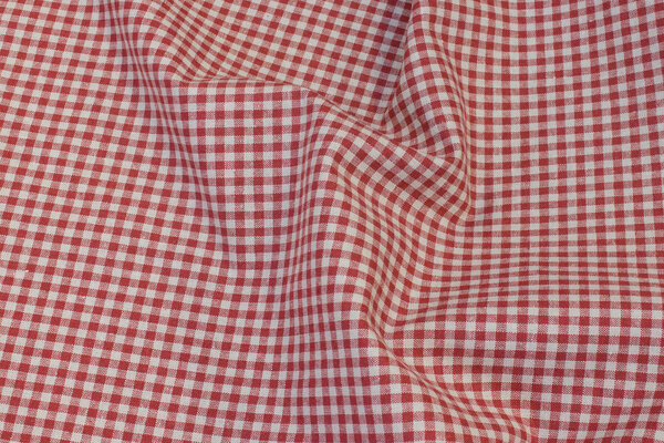 Medium-thickness, winter-red linen and cotton with ca. 5 mm checks