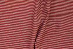 Medium-thickness, winter-red linen and cotton with ca. 5 mm stripes on langs