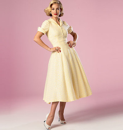 Dress with width, lapels and buttons