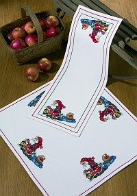 Table runner and decoration in white with Santa