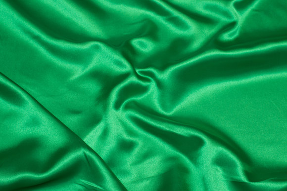 Polyestersatin in strong green