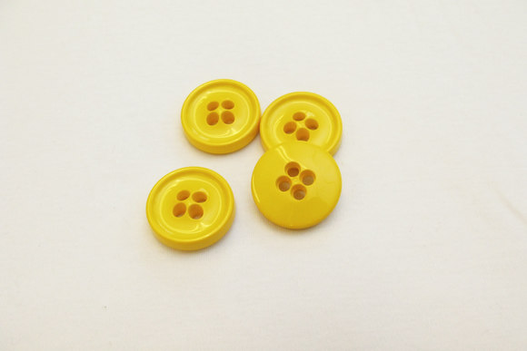 Yellow 4-hole button 3.4 cm