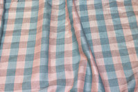 Bluseviscose in 2 cm checks in soft red glitter and light petrol