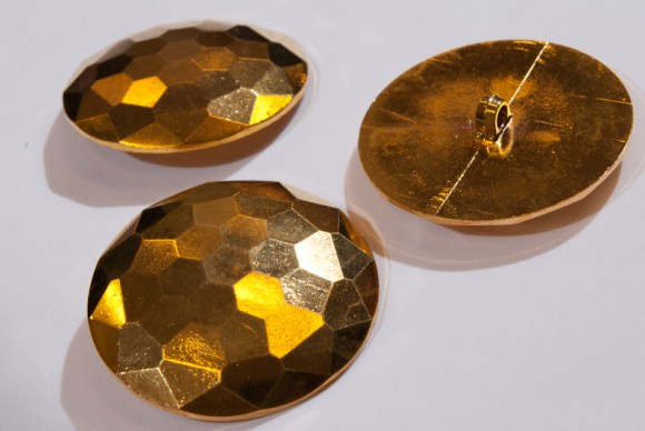 Large golden button 5,5 cm diameter