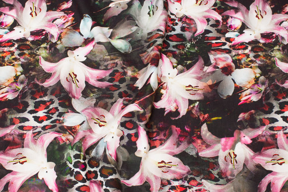 Gråsort cotton-jersey with beautiful soft red lilies