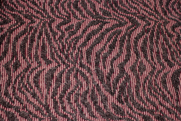 Jacquard-knit in charcoal and bordeaux with mohair-look
